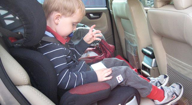 trucos para que tu hijo se siente en la silla del coche