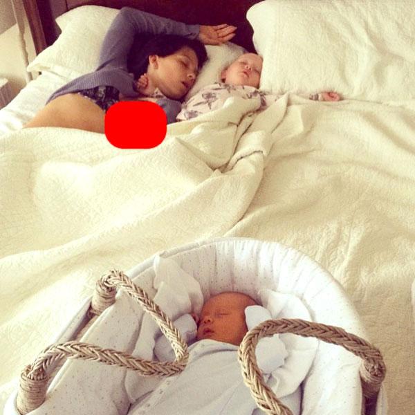 Hilaria Baldwin durmiendo colecho