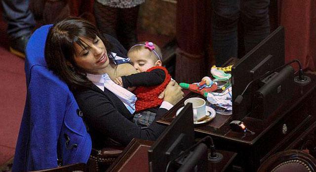 diputada argentina amamanta a su bebé en público